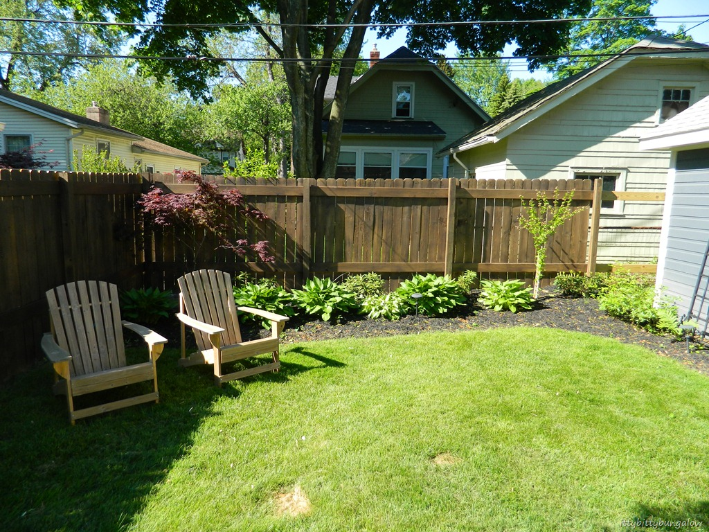 Ittybittybungalow updating and renovating a small for Small front yard ideas with fence